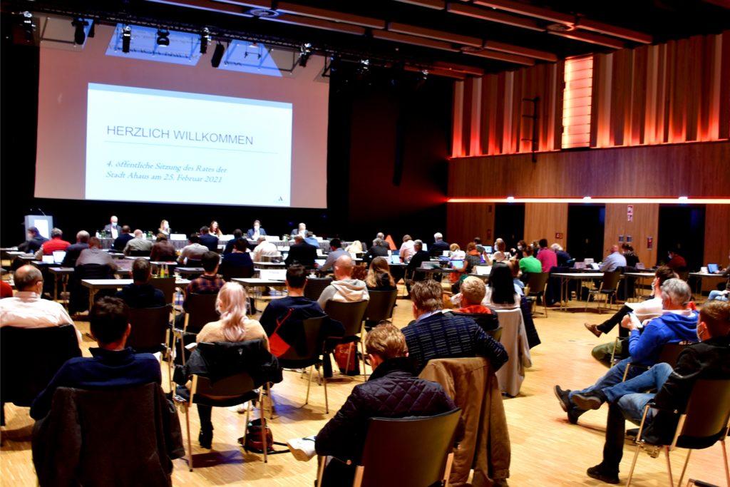 Die Diskussion um das Baugebiet hat viele Zuschauer in die Ratssitzung gelockt. Nach der knapp zweistündigen Debatte, verließ ein Großteil von ihnen die Stadthalle.