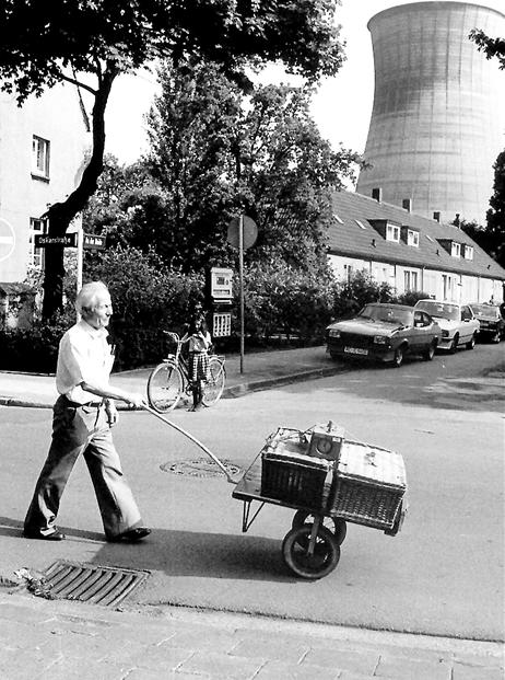 Das Habinghorster Kraftwerk, davor ein Taubenzüchter, der die Vögel transportiert: Ruhrgebiets-Romantik aus den 70er- und 80er-Jahren.