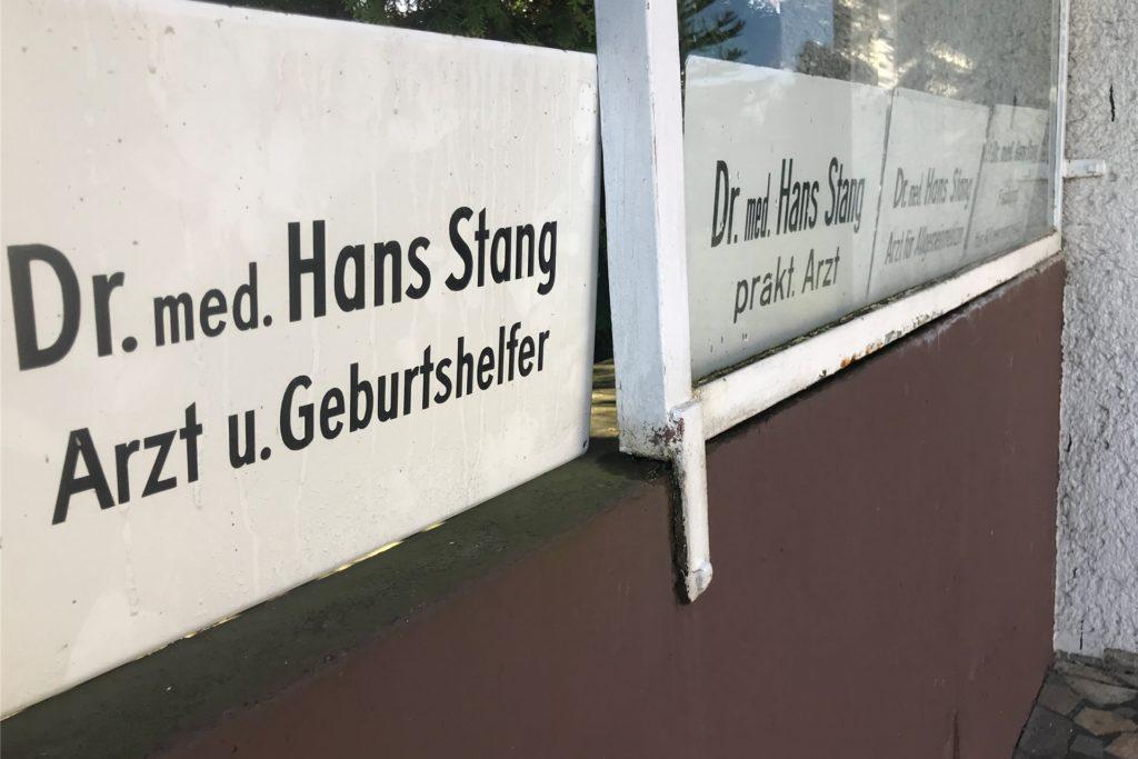 Hans Stang und seine Arztschilder aus vergangenen Zeiten. Heute ist der Habinghorster 92 Jahre alt und spielt noch täglich auf seinem Flügel.