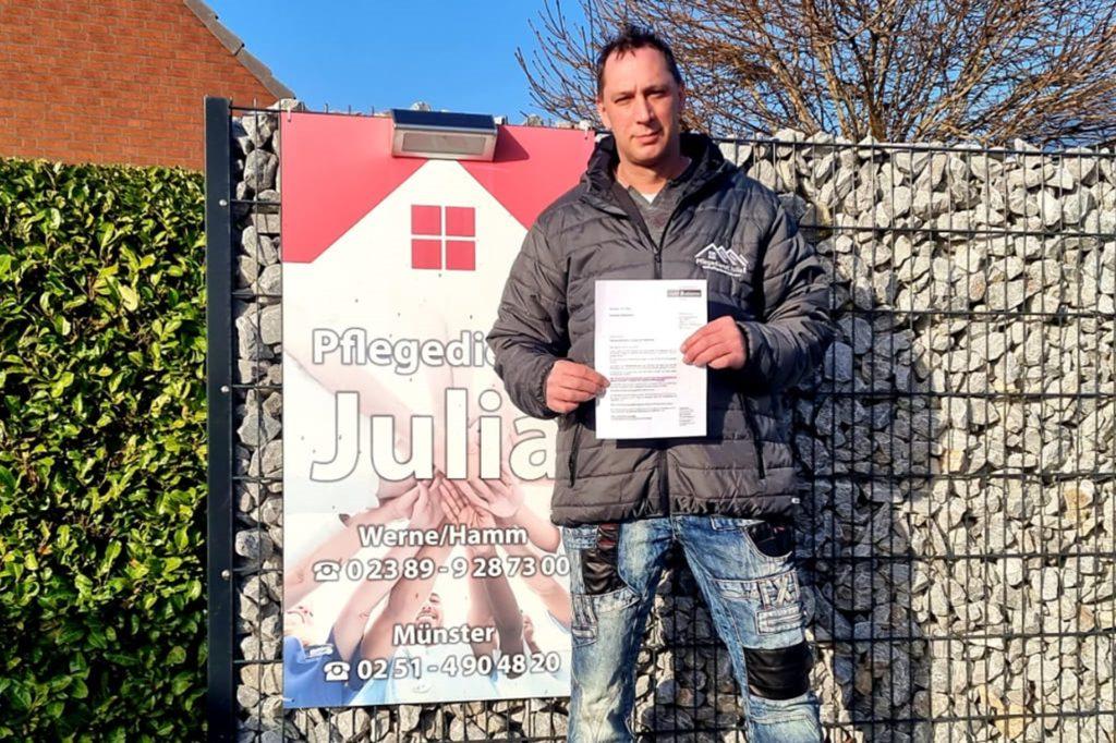 Frank Löbbert vom Pflegedienst Julia aus Werne hält die Absage für die Zweitimpfungen seiner Mitarbeiter in den Händen.