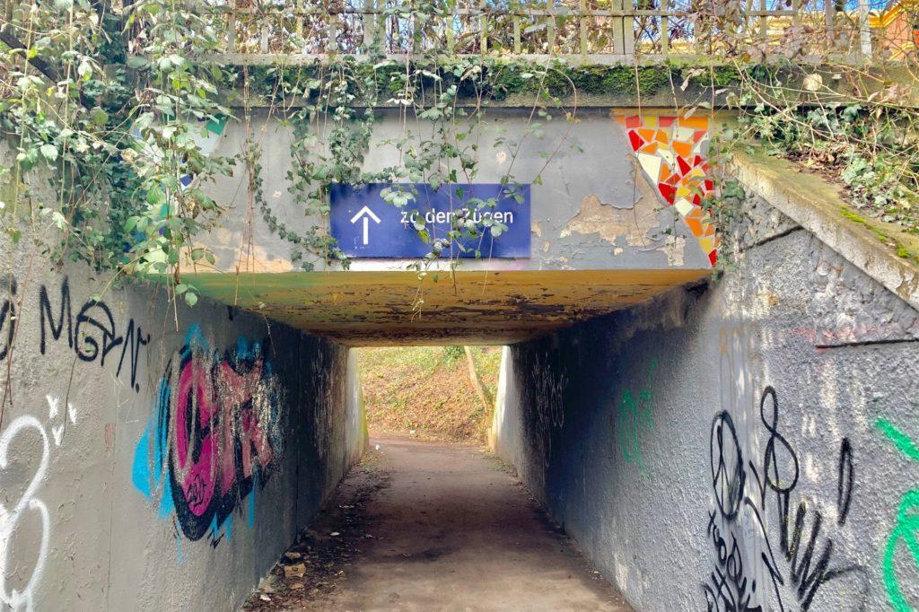Ein dunkles Loch: der Zugang aus Richtung Rombergpark.