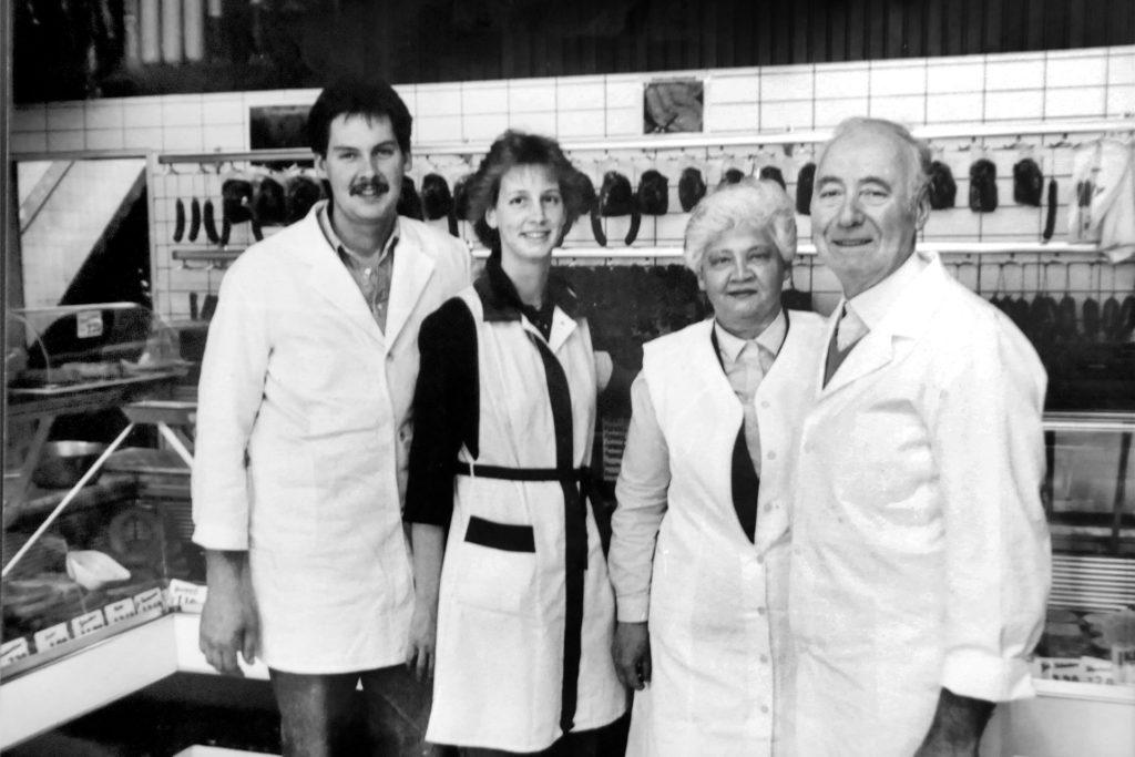 Damals ahnte noch keiner, dass der Wechsel in die vierte Familiengeneration der letzte sein sollte: Im April 1989 hatten (v.l.) Ralf und Beate Wilkes die Metzgerei an der Bahnhofstraße von Franziska und Robert Wilkes übernommen.