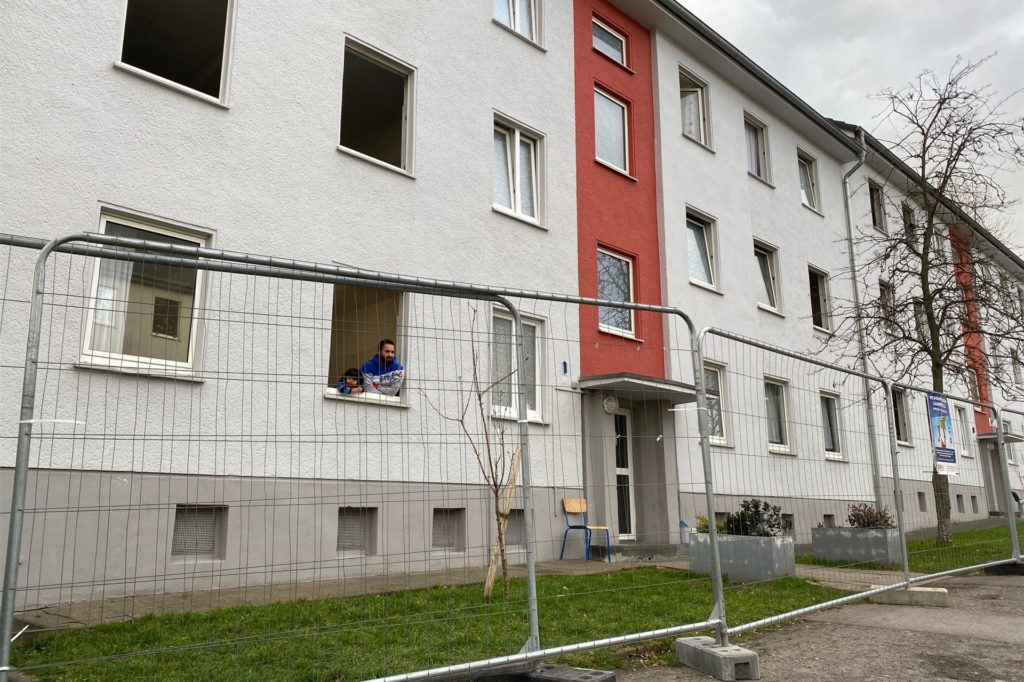 Hinter Zäunen müssen die Bewohner der städtischen Unterkunft an der Harkortstraße in Castrop-Rauxel-Merklinde für die nächsten Tage leben.
