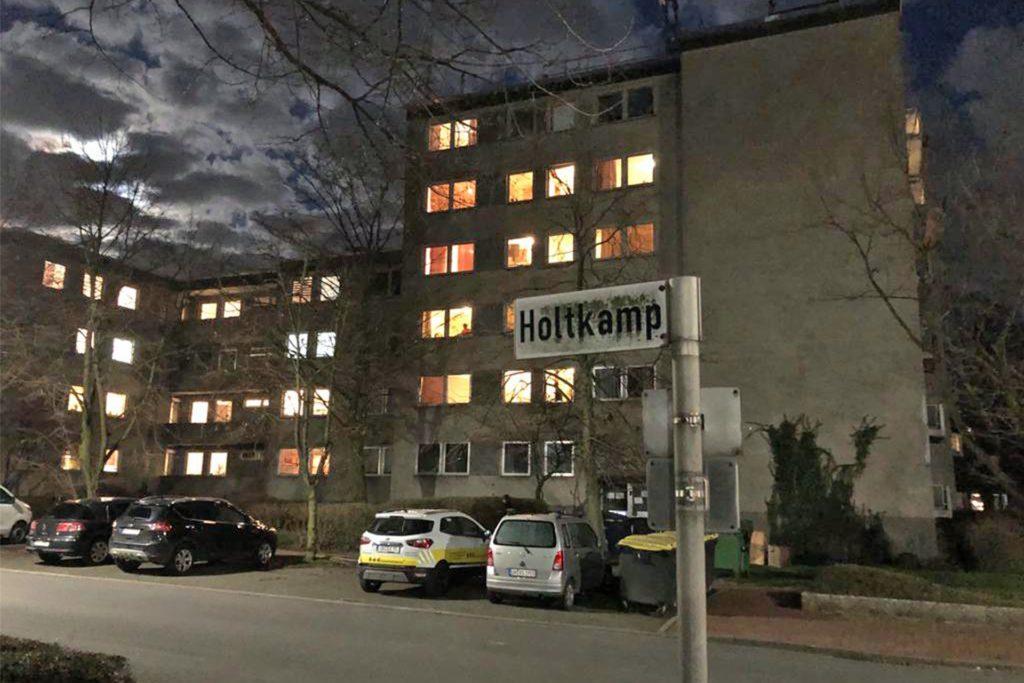 In der Straße Holtkamp kam es in einem Wohnhaus zu einem Corona-Ausbruch. Der Kreis Unna hat das Haus unter Quarantäne gestellt. Seit Freitag ist ein Wachdienst vor Ort.