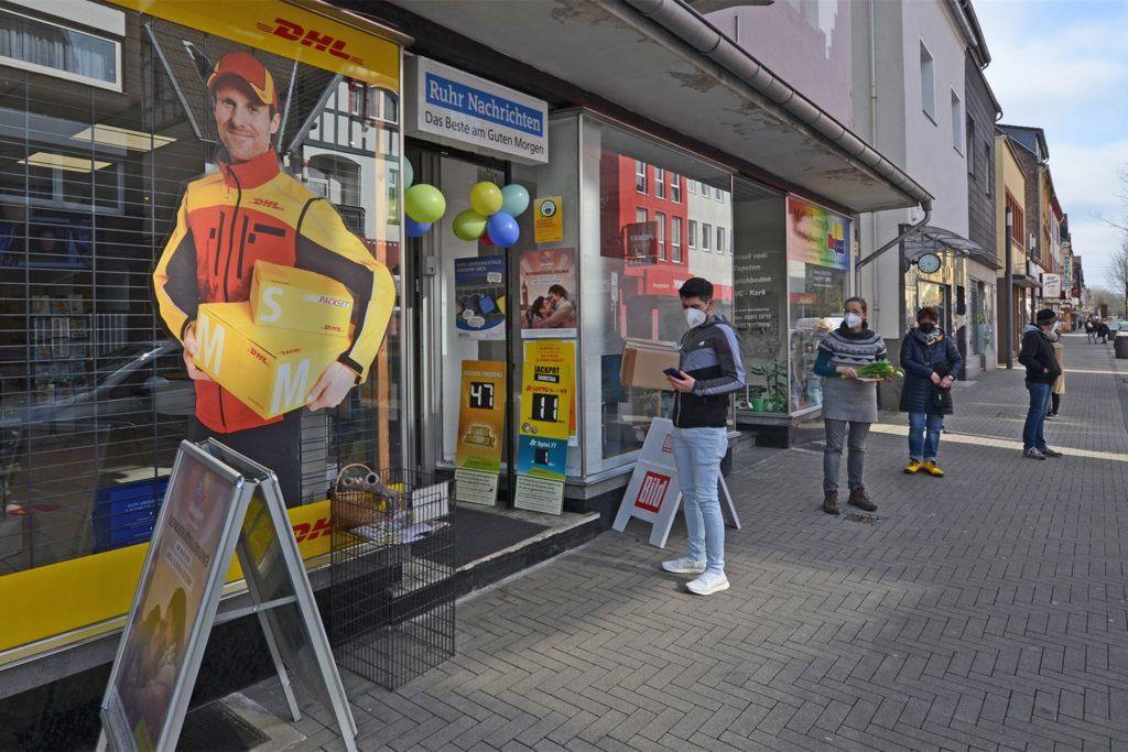 Kein Geschäftsbetrieb wie üblich: Zum Abschied von Renate Schumacher hatten viele Kunden kleine Geschenke dabei. Wegen des infektionsschutzes ist die Schlange vor dem Geschäft in der Lange Straße allerdings alltäglich.