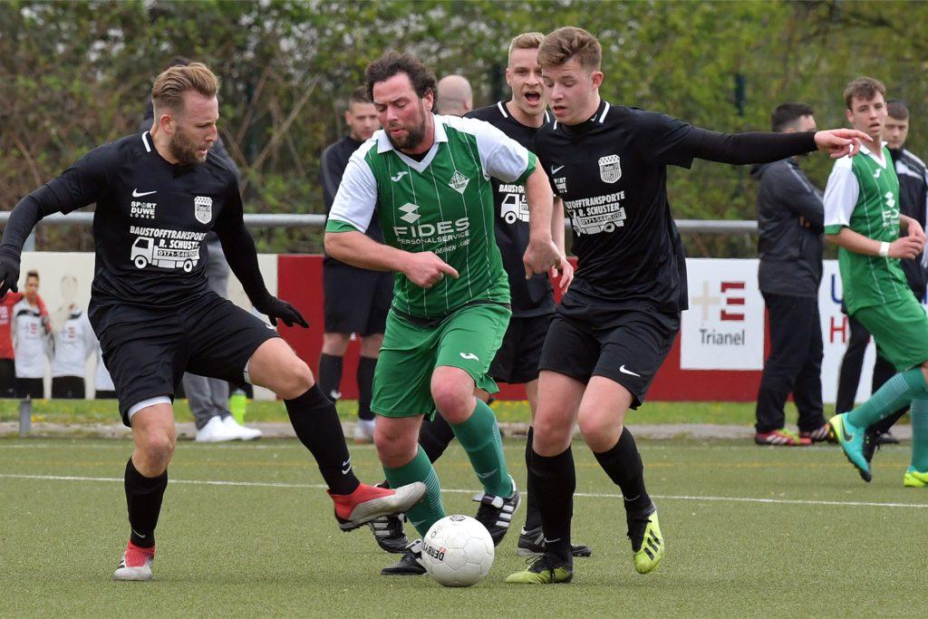 Wenn Jan Niggemann (l.) nicht gerade auf der Sportanlage arbeitet, ist er für die zweite Mannschaft des BV Brambauer am Ball.