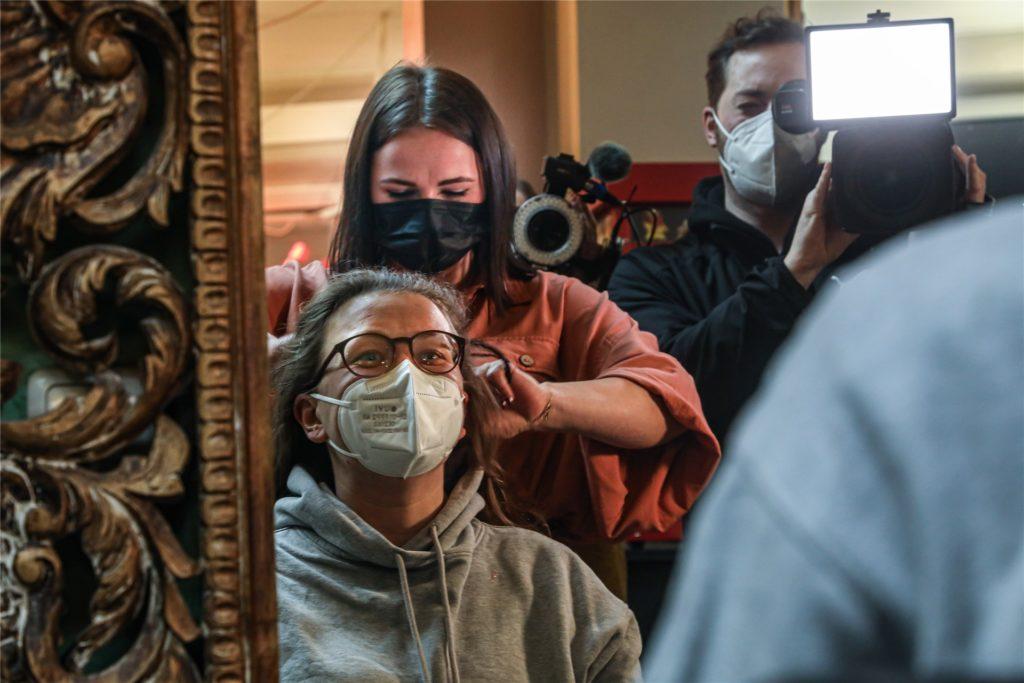 Auch Pia Pinkowski legte in der Nacht die Schere bei Kunden an. Immer dabei im Salon: die Fernsehteams.