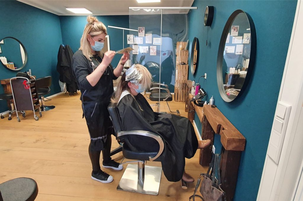 Kundin Steffi Hülsmann ist froh, ihren Haaren endlich wieder etwas Gutes zu tun. Sie ist die erste Kundin im neuen Salon von Adriane Feldkämper.