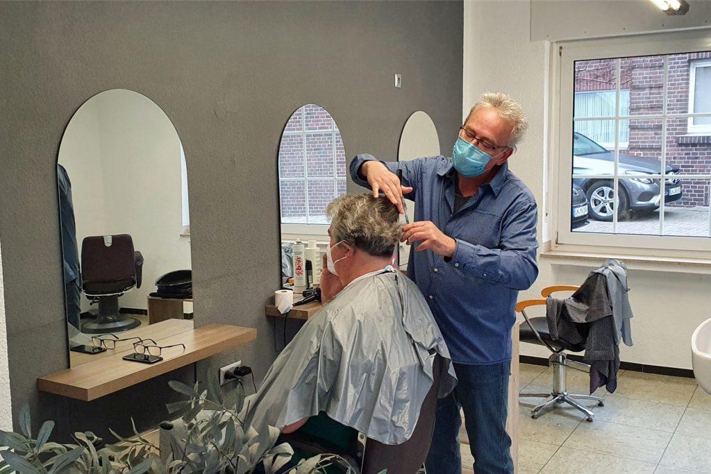 Nicht nur Jürgen Närdemann freut sich, endlich wieder Kunden begrüßen zu dürfen, auch seine Kundschaft ist froh und dankbar.