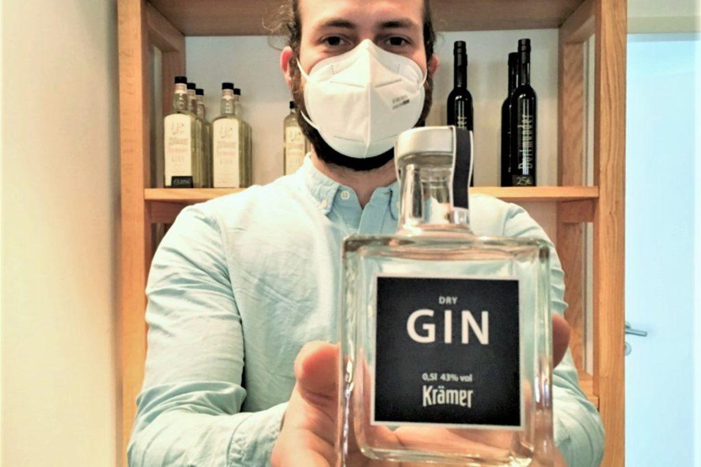 Den Dry Gin von Krämer gibt es in zwei Größen, beide Flaschen sind schlicht und edel.