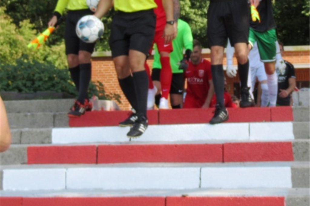 Die Stufen zum Platz sind mittlerweile in den Vereinsfarben gestrichen.