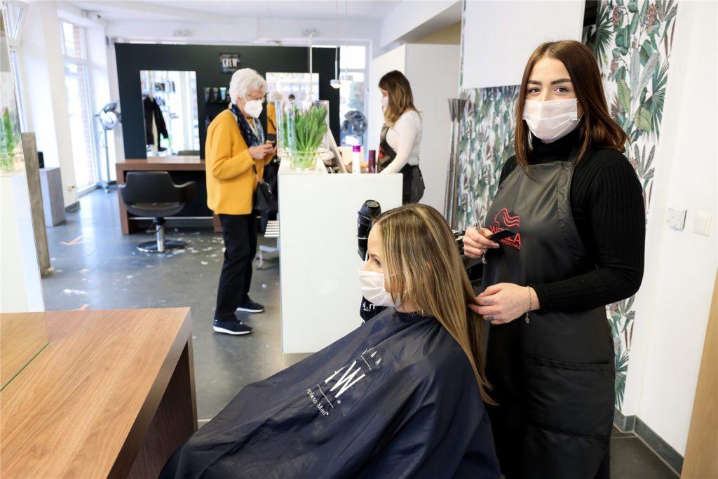 """Friseurin Annabelle Malus von """"colors hairdesign"""" hatte am Montag viel zu tun."""