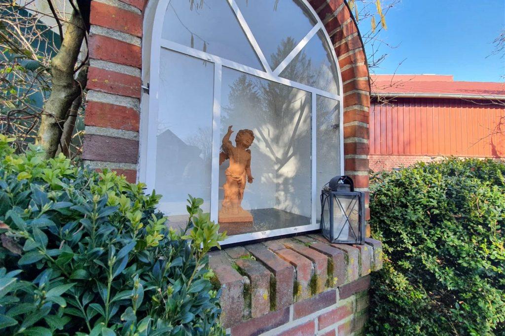 Eigentlich ist die Wegestation der angestammte Platz der Madonna. Ein Engel aus Ton ist derzeit an ihre Stelle gerückt.