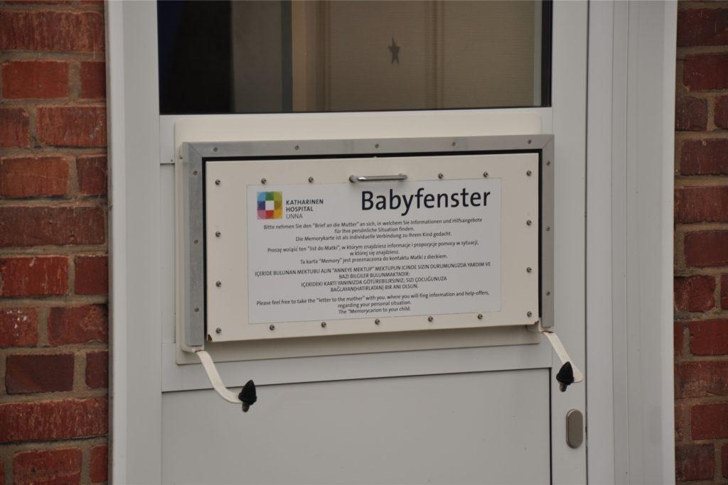 Das Babyfenster am ehemaligen Katharinen-Hospital, dem heutigen Innenstadtstandort des Christlichen Klinikums Unna: Hinter dieser Klappe befindet sich ein Wärmebett, in das ein Kind gelegt werden kann. Zeitversetzt löst die Benutzung einen Alarm aus, der Pflegepersonal herbeiruft.