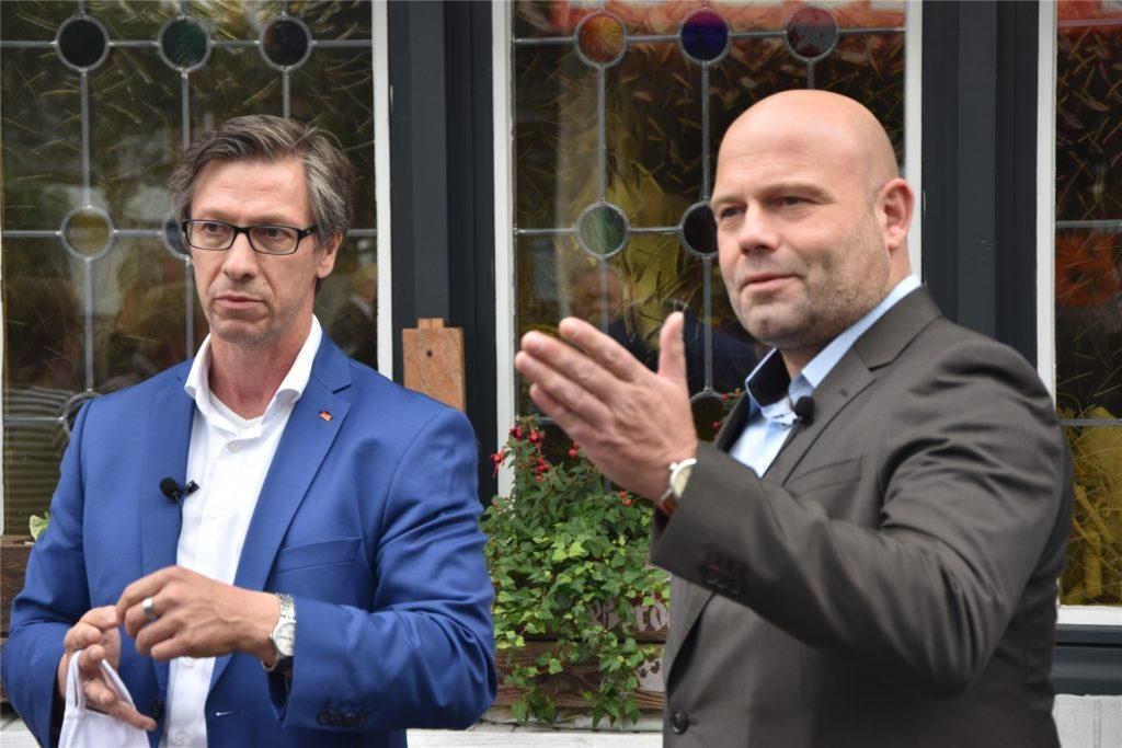 Der CDU-Landtagsabgeordnete Dr. Christos Katzidis (l.) mit Bürgermeisterkandidat Oliver Lind im Kommunalwahlkampf bei einem Ortstermin an der Langen Straße.