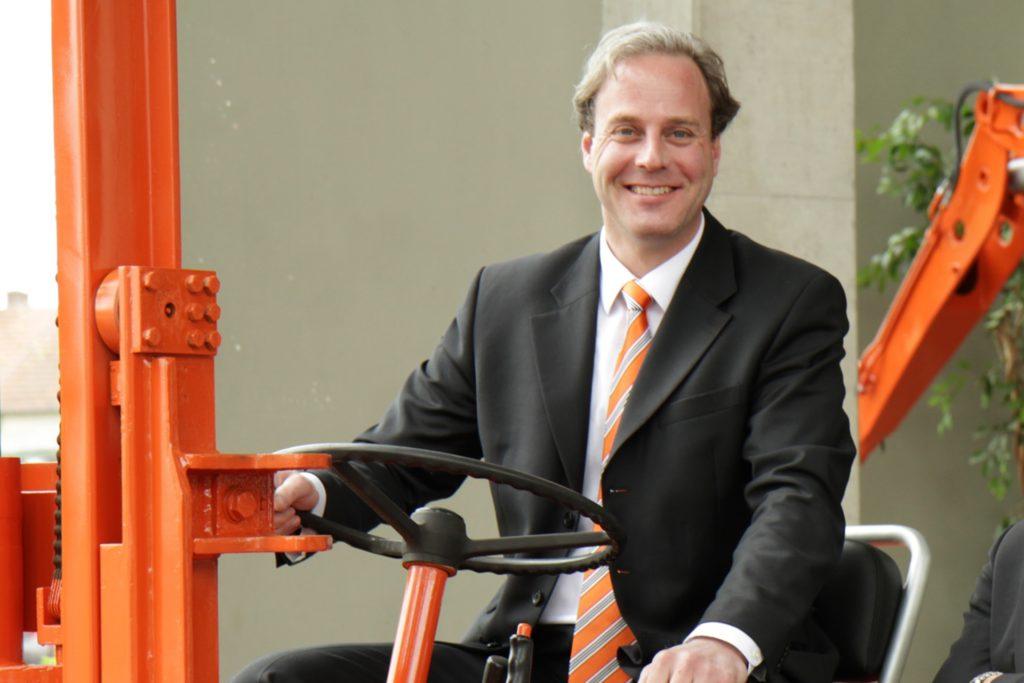 Geschäftsführer Bertram Tecklenborg erläutert einige Details der Planung auf seinem Firmengelände an der Stockumer Straße.