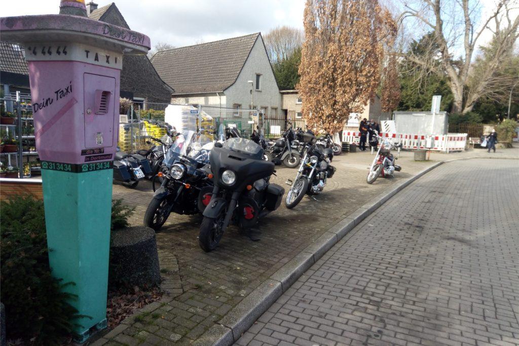 Etliche Motorräder von Bandidos-Rockern parkten am vergangenen Freitag rund um den Huckarder Friedhof.