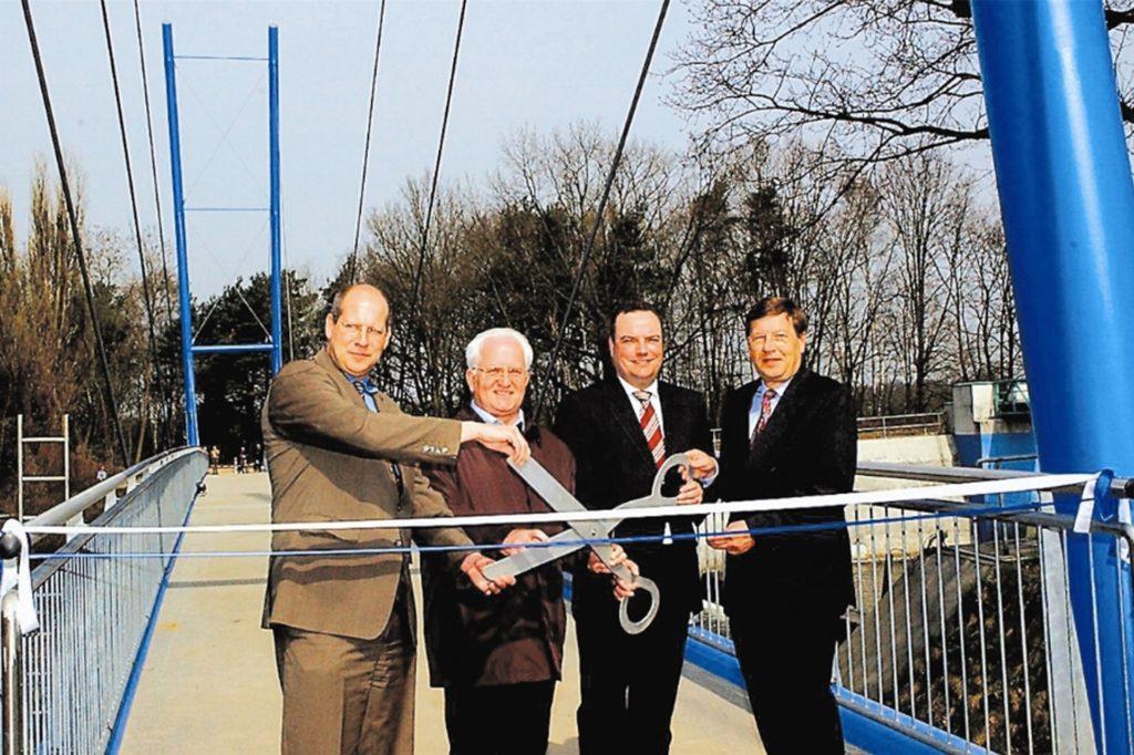 Das war 2006 zur Einweihung der Blauen Brücke, 2023 könnte wieder das Band durchtrennt werden - auf neuer Brücke mit neuen Protagonisten.