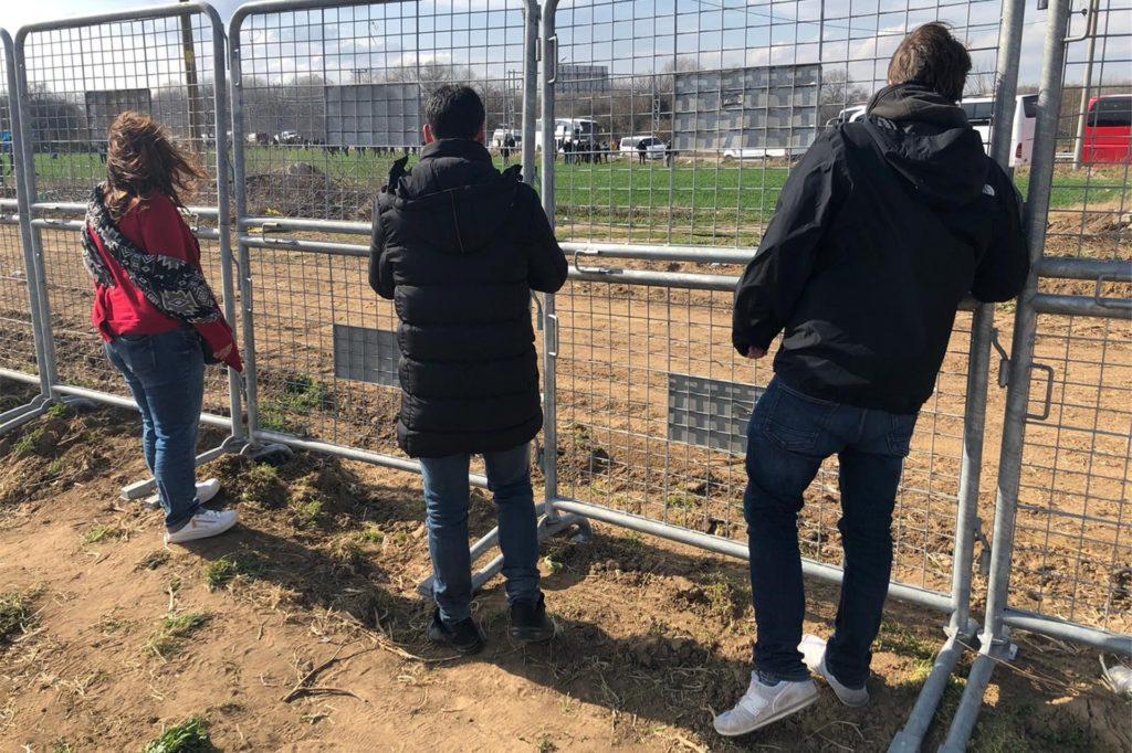 Der Castrop-Rauxeler Linke Fotis Matentzoglou (Mitte) 2020 an einem Grenzzaun in der Türkei.