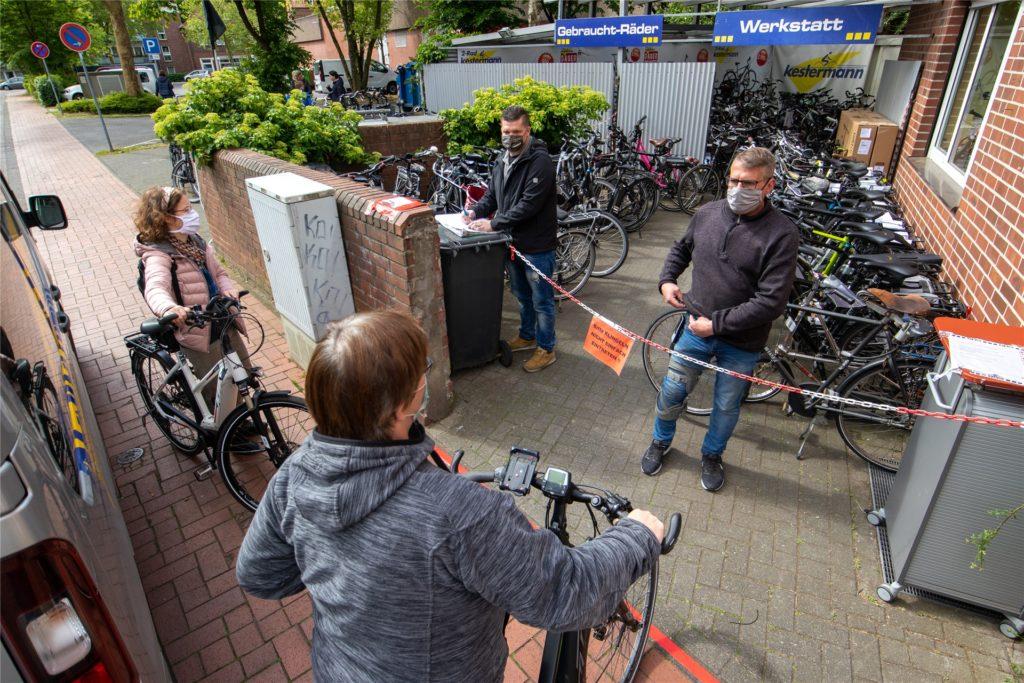 Die Fahrradwerkstätten in Ahaus platzen aus allen Nähten. Kürzere Schlangen gibt es zwar, echte Engpässe gibt es jedoch auch in den Sommerferien nicht.