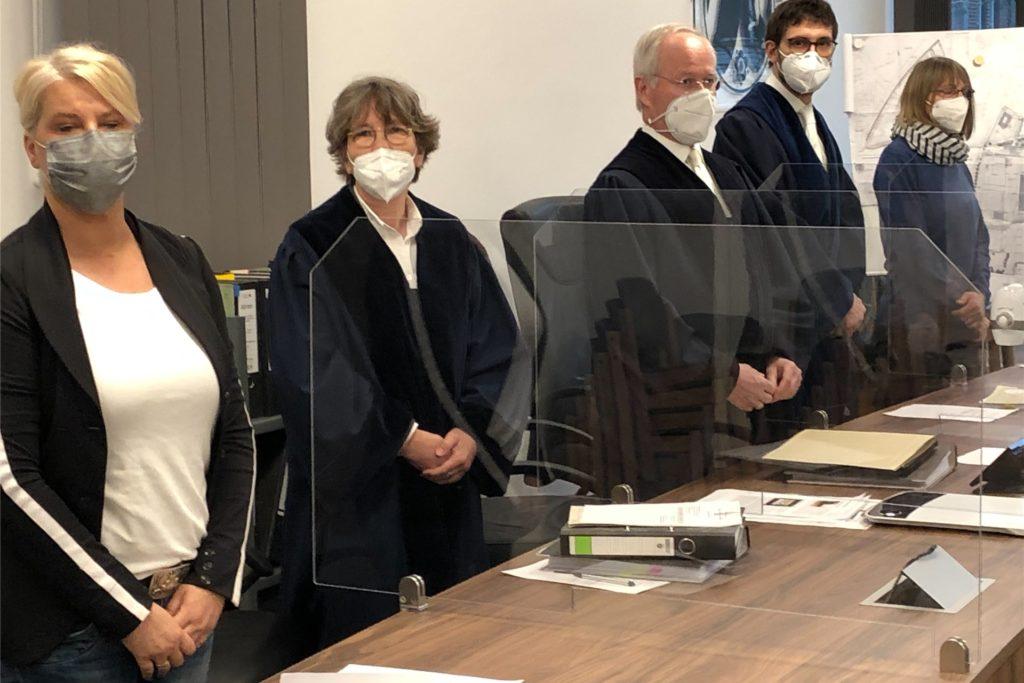 Das Verwaltungsgericht ging mit zwei Berufsrichtern und zwei ehrenamtlichen Richtern in die Verhandlung. Der Vorsitzende Richter Dr. Andreas Middeke (3. v. l.) will nach der Beratung das Urteil den Beteiligten schriftlich zukommen lassen.