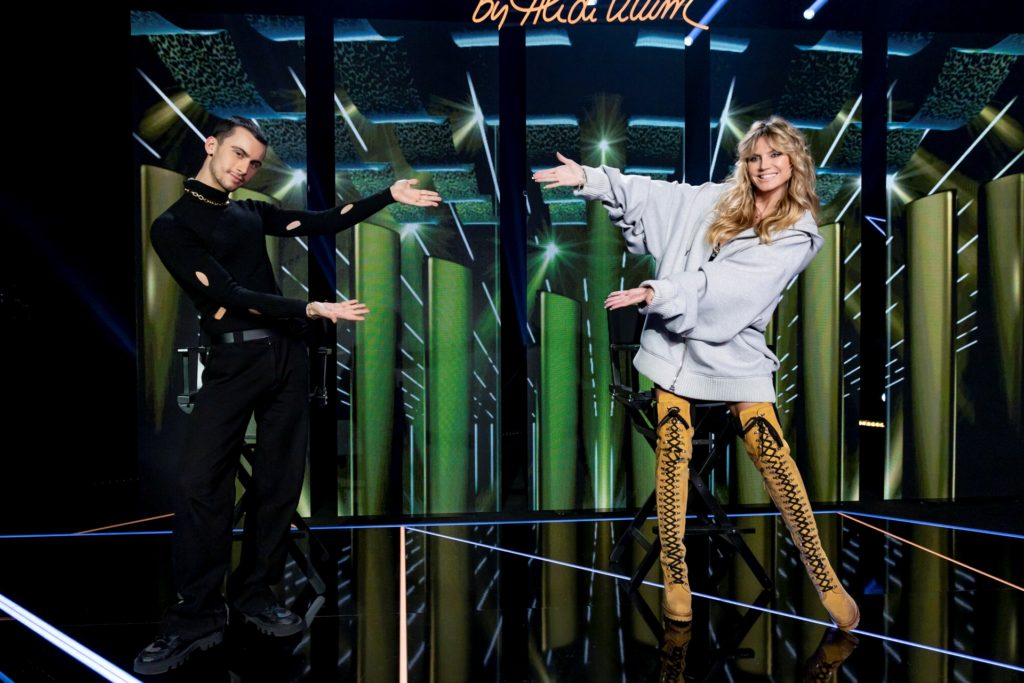Designer Christian Cowan trat in der fünften GNTM-Folge als Gastjuror neben Heidi Klum auf.