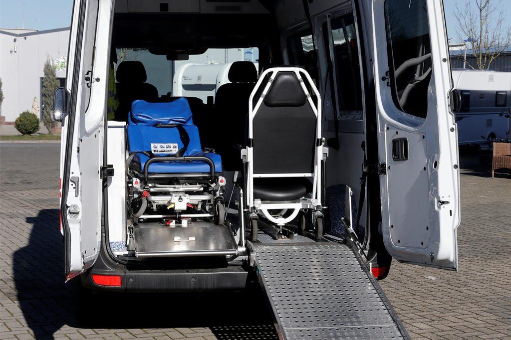 Tragestuhl und Liege gehören zur Ausrüstung des neuen Krankentransporters.