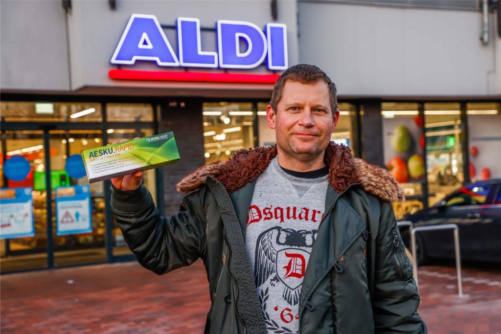 Andreas Nachtigall hat ihn in der Hand: einen der ersten in Castrop-Rauxel im Handel zu erwerbenden Corona-Schnelltest.