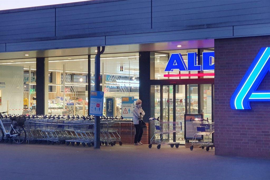 Vor der Aldi-Filiale in der Fuistingstraße warteten zwei Frauen auf die Öffnung vor dem Geschäft.