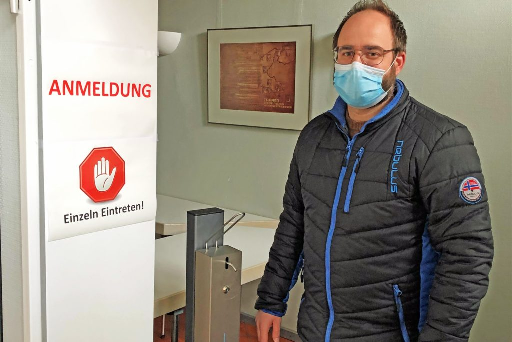 Am Haupteingang ist der Eingang zur Impfstraße. Ordnungsamtsleiter Matthias Lüke und weitere Mitarbeiter der Gemeindeverwaltung haben alles Nötige vorbereitet, damit die drei Impftermine reibungslos und nach gültigen Corona-Regeln ablaufen können.