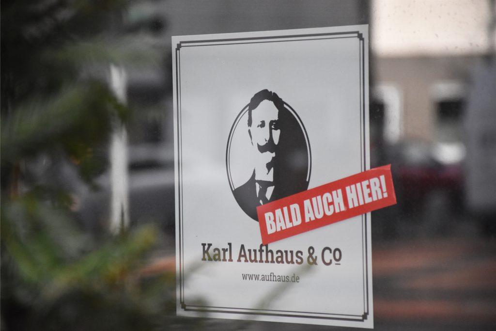 Zahlreiche Plakate schmücken schon die Schaufenster an der Königstraße.