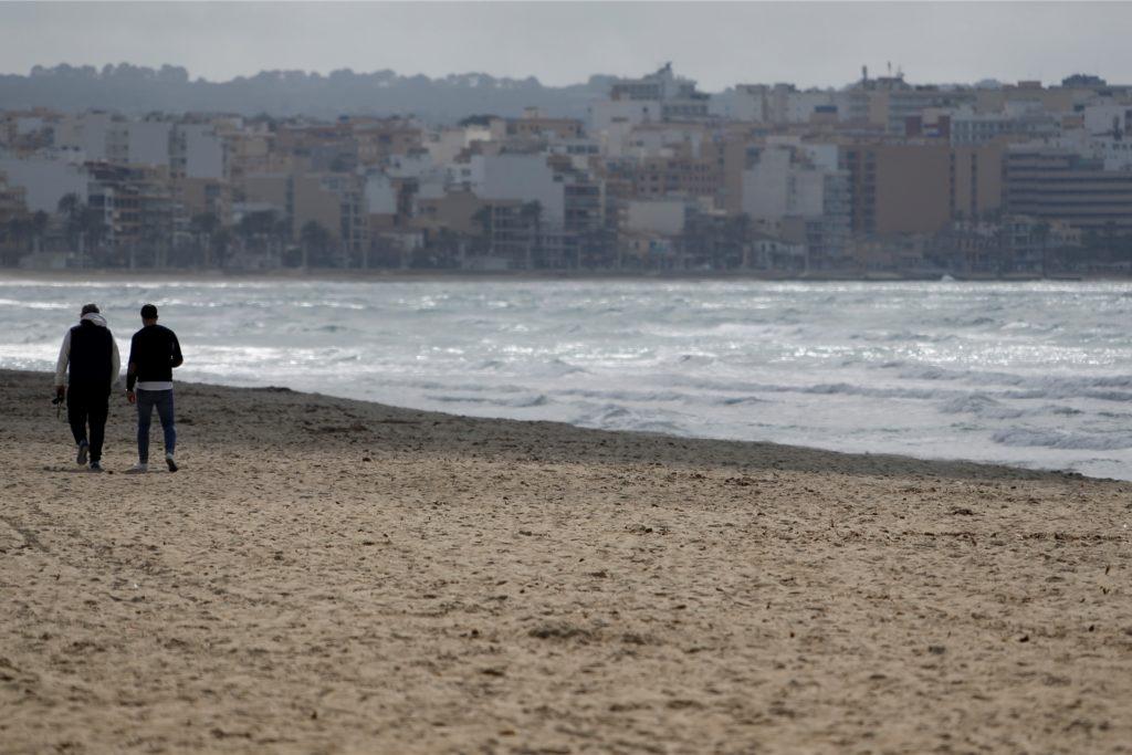 Der Strand von Arenal: Deutsche Reiseveranstalter hoffen, dass sie Urlauber ab den Osterferien wieder nach Mallorca bringen können.