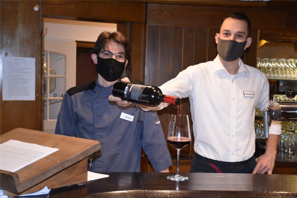 Inhaber Federico Romanato (links) und Kellner Francesco Farano dürfen im Ristorante da Fabio vorerst nur noch bis 23 Uhr Rotwein ausschenken. Grund dafür ist die coronabedingte Sperrstunde.