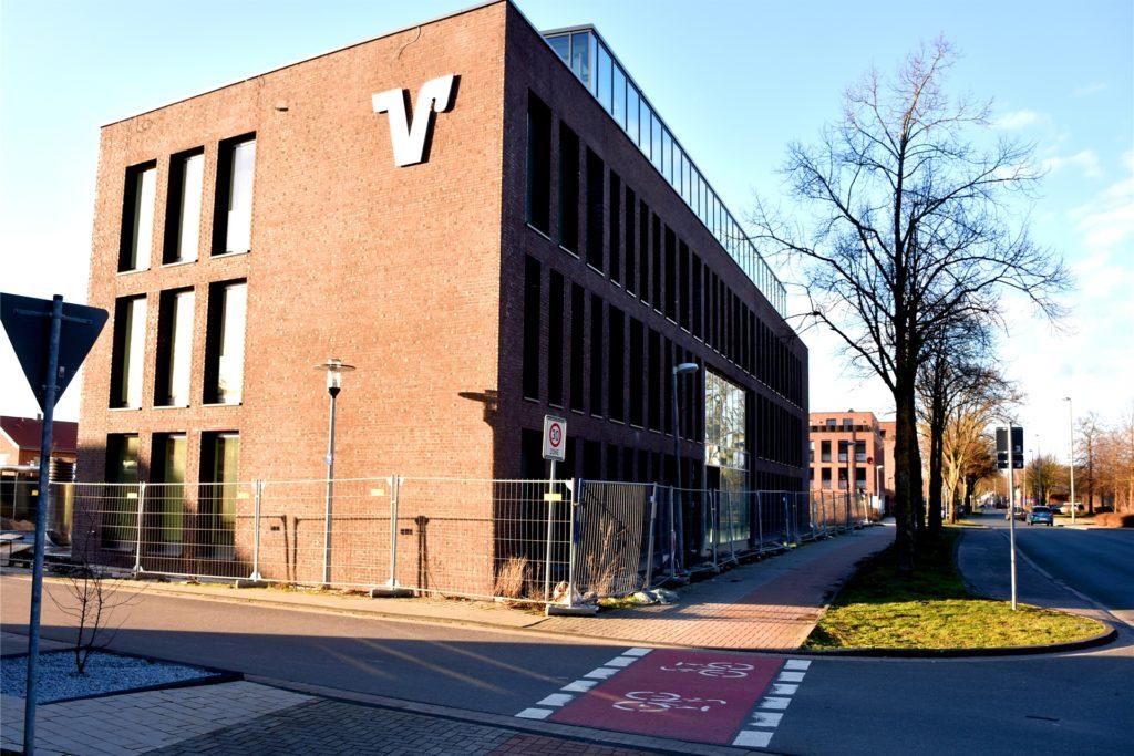Der Neubau des Beratungsgebäudes der Volksbank Gronau-Ahaus an der Parallelstraße ist fast fertig. Der Einzug verschiebt sich aber auf Ende April – wegen des Coronavirus'. Erst danach sollen die Planungen für die Gebäude in der Innenstadt voran getrieben werden.