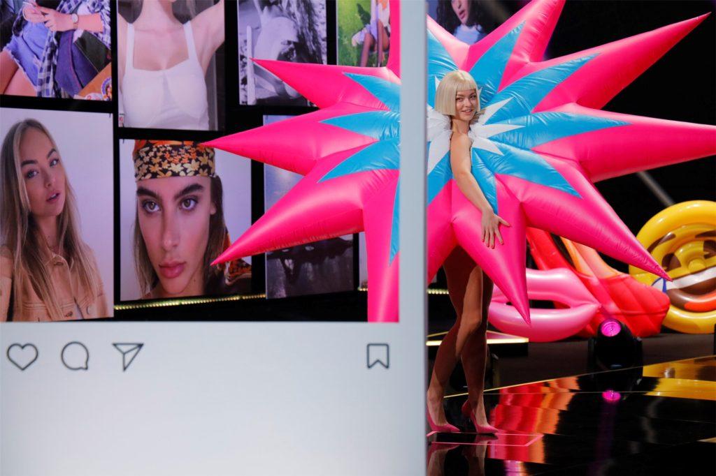 Keine avantgardistische Kunstperformance, sondern Elisas Auftritt auf dem Catwalk. In der siebten Folge trug sie ein aufblasbares Kostüm des Künstlers Jack Irving.
