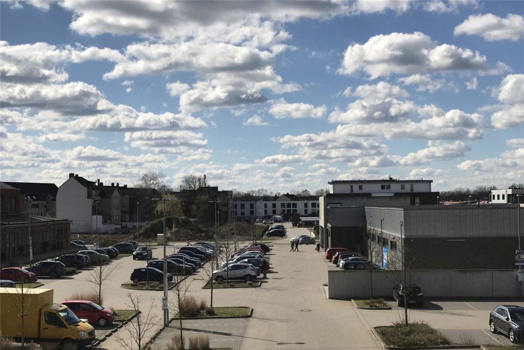 Die Hinweisschilder für das neue System stehen bereits auf dem Aldi-Parkplatz mit seinen gut 100 Stellplätzen.
