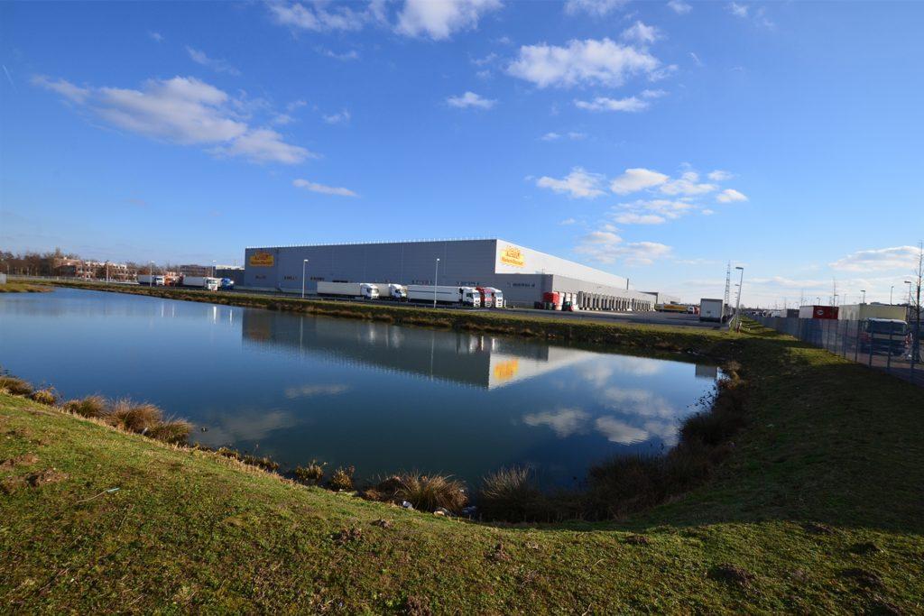 Das Logistikzentrum des Discounters Netto ist seit 2010 im Krefelder Gewerbegebiet Südpark ansässig. Es gehört nicht zur von Segro vermarkteten Fläche.