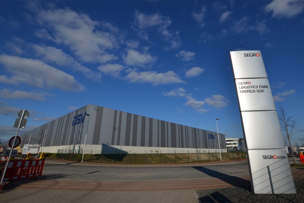 475 Meter lang und 105 Meter breit ist die größte Halle im Segro-Logistik-Park Krefeld Süd. An 50 Toren laden Lastzüge Fracht des dänischen Logistikkonzerns DSV.
