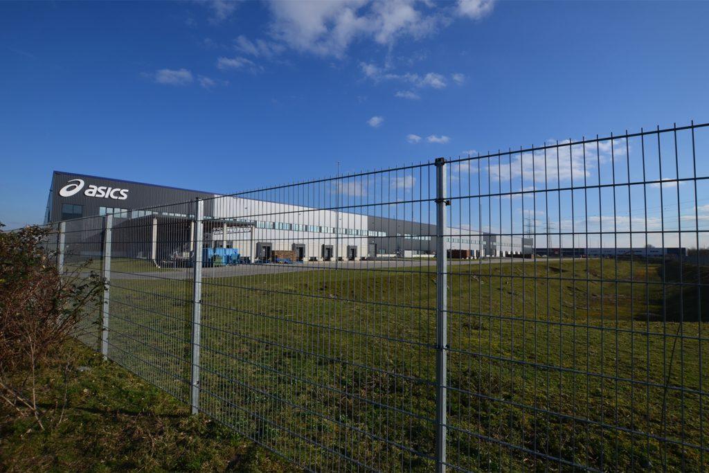 Gut 250 Meter lang und 240 Meter breit ist die Halle, die der amerikanische Sportschuh-Hersteller Asics belegt.