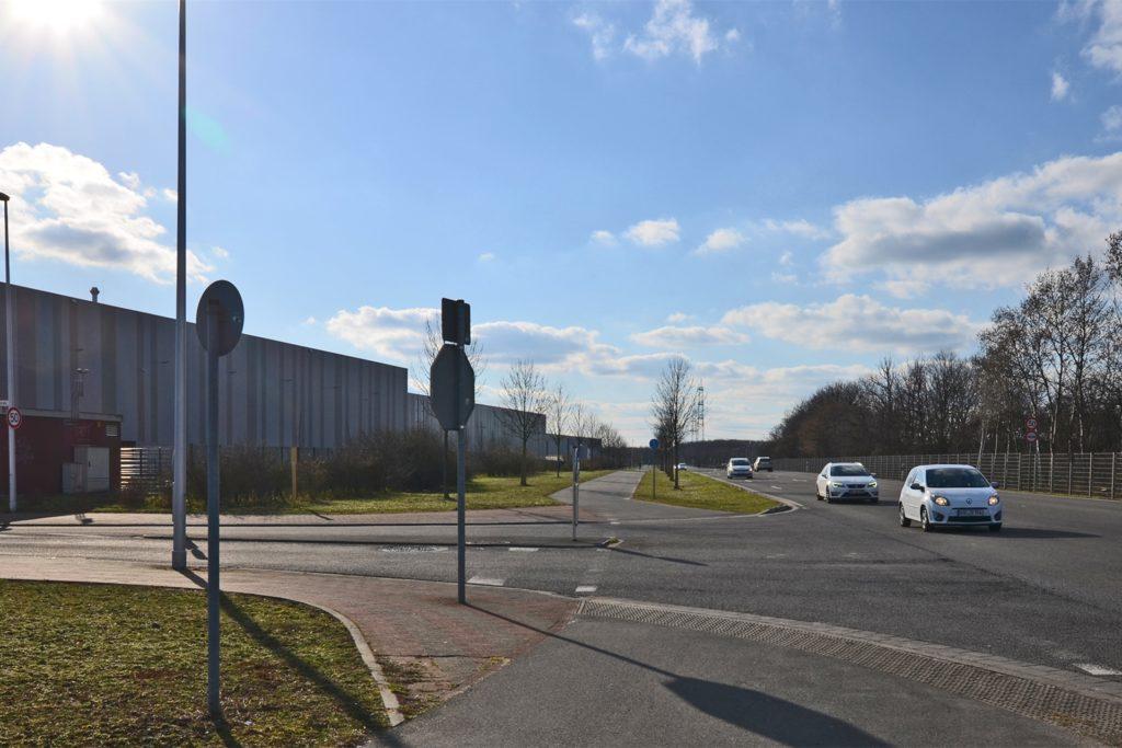 Die Anrather Straße ist großzügig ausgebaut. Sie verläuft parallel zur Autobahn A44 und verbindet die Krefelder Anschlussstellen Fichtenhain und Forstwald. Ein 3,5 Meter breiter Radweg verläuft parallel zur Straße.