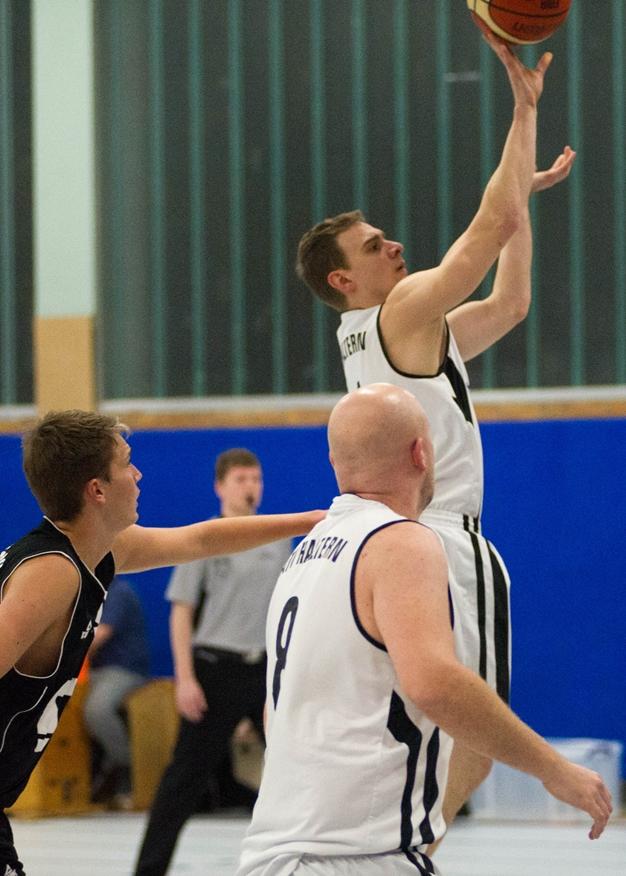 Carsten Ulrich kann im Gegensatz zu seinen Teamkollegen noch hin und wieder ein paar Körbe in der Halle werfen, da er Sportlehrer ist.