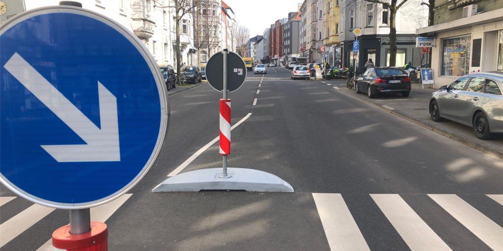 Hier gilt wieder freie Fahrt. Markierungen und Verkehrseinrichtungen sind aber erst einmal nur provisorisch.