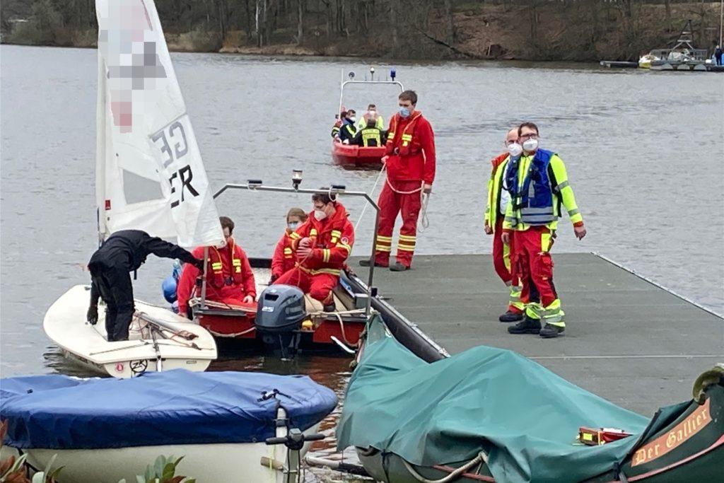 Eine junge Frau aus Haltern war mit ihrem Boot an der Stadtmühlenbucht gekentert und wurde vom DLRG geborgen. Sie blieb unverletzt.