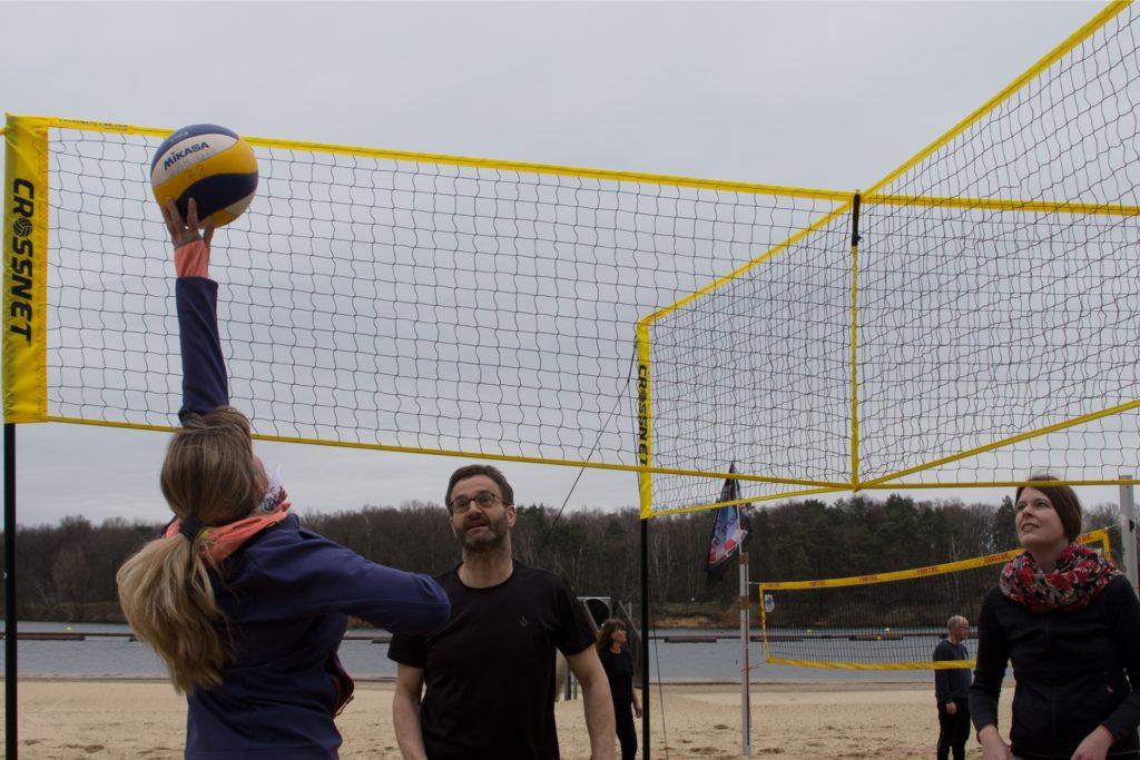 Crossnet-Beachvolleyball wird zu viert gespielt.