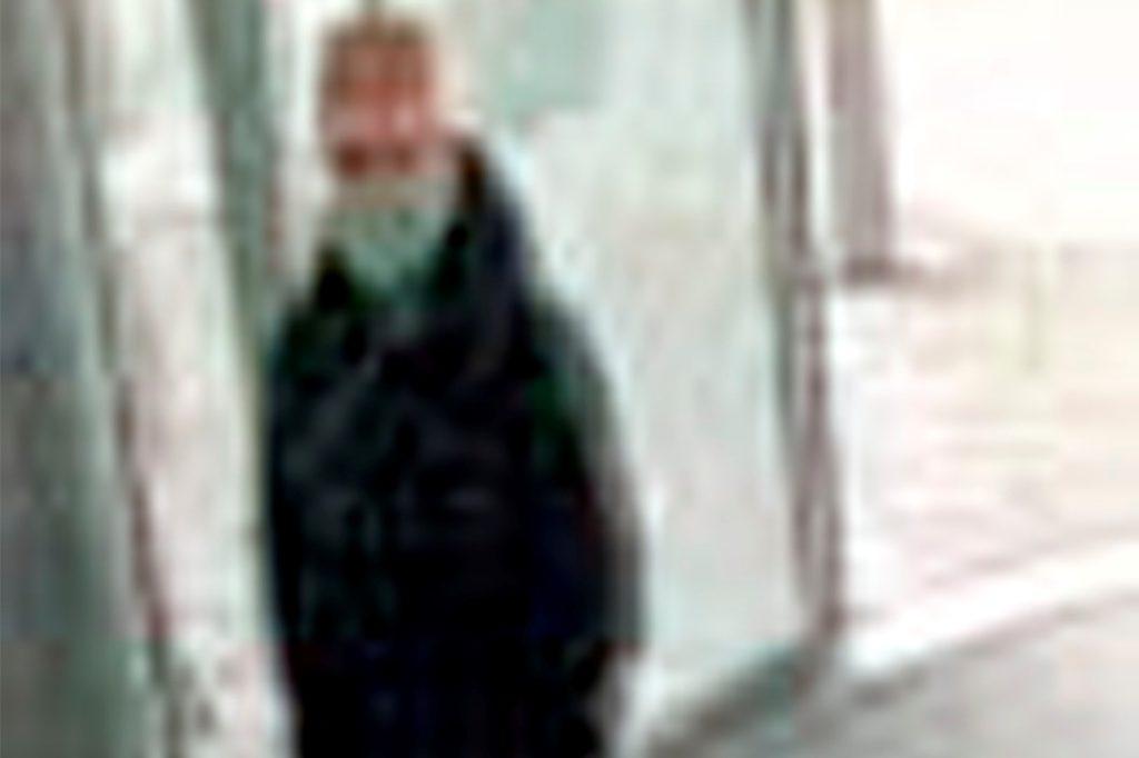 Mit diesem Foto der Überwachungskamera sucht die Polizei den Tatverdächtigen vom Trickdiebstahl am 10. Oktober 2020 in der Volksbank Schwerte.