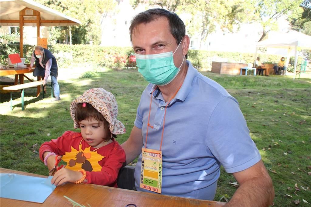 Die dreijährige Eimlia und Vater Andreas Wanner nahmen das Bastelangebot im Garten der Stadt-Insel gerne in Anspruch.