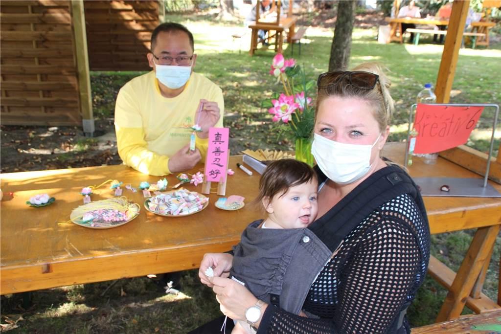 Angela Kruse-Planinic und Sohn Pit (8 Monate) erstellten eine Lotus-Blume.