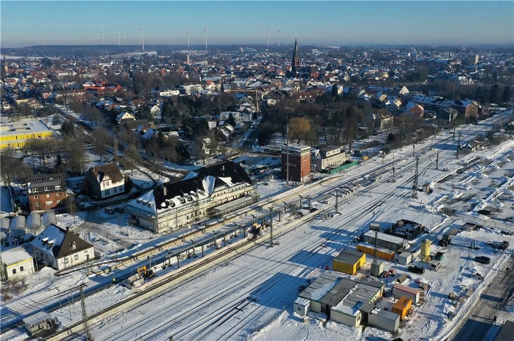 Der verschneite Bahnhof.