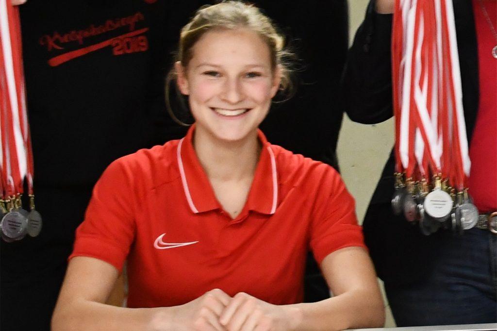 Nele Neuwerth studiert unter anderem Sport in Kiel und trainiert die C-Juniorinnen der JSG Unna/Billmerich.
