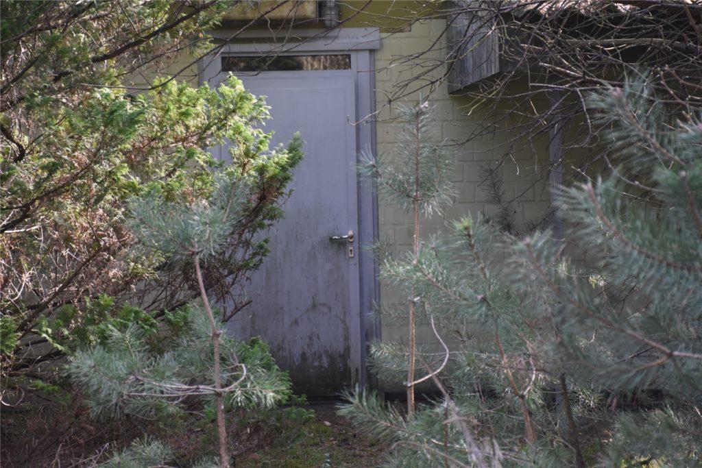 Die Tür zur Munitionsinstandsetzungshalle ist inzwischen ziemlich zugewachsen.